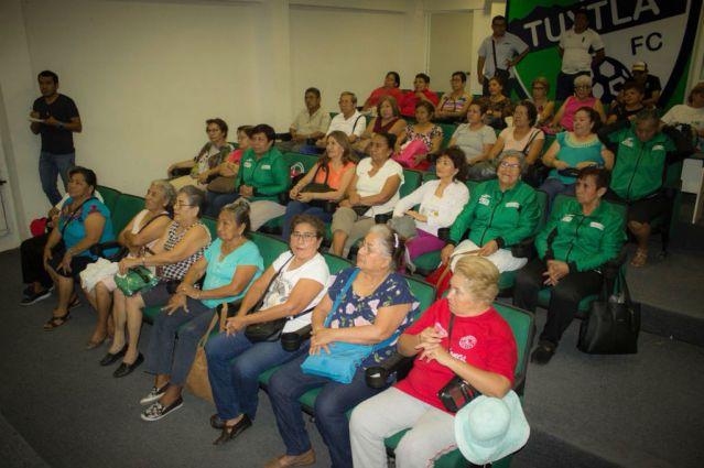 Se realizo entrega de uniformes a los participantes del Nacional de Adultos Mayores