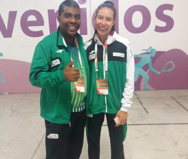 Andrea Garcia con medalla de bronce en Taekwondo