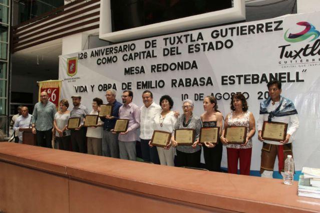 Carlos Molano entrega Reconocimiento Tuchtlán 2018