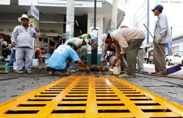Continúa limpieza de drenes y alcantarillas en Tuxt
