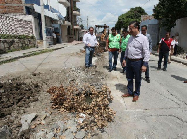 Supervisa Carlos Molano obra de sustitución de tuberías sanitarias en el Barrio Guadalupe